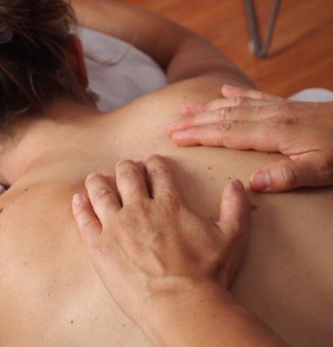 Massage af ryggen på klient i Klikken i Horsens