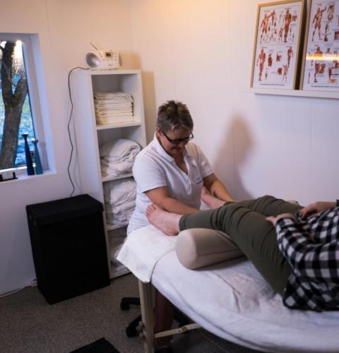 Muskulær zoneterapi foregår liggende på en briks